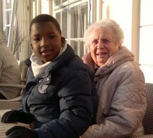 Herta Grossmann mit ihrem Enkelsohn Nathan